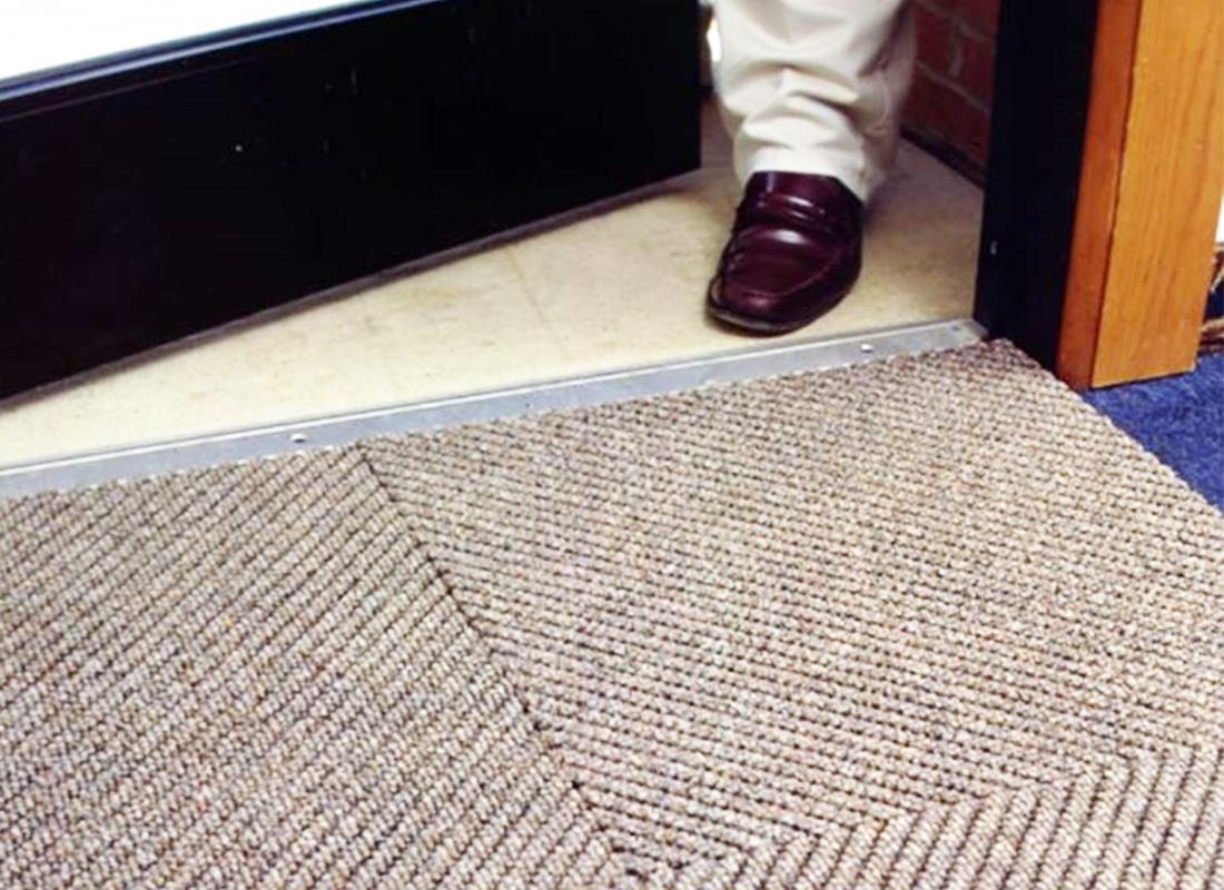 Phương pháp vệ sinh thảm chùi chân - Công ty vệ sinh công nghiệp A2Z